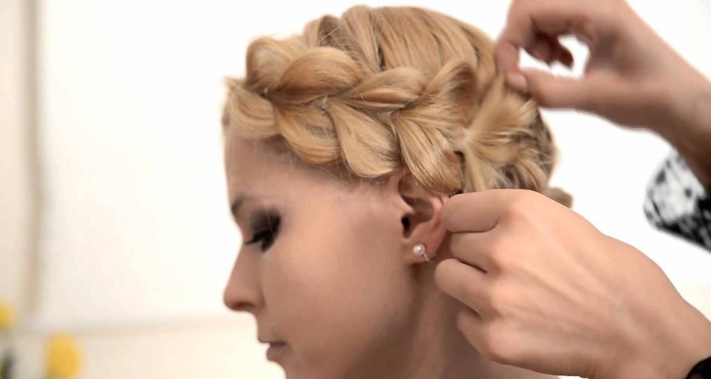 Прическа на короткие волосы при помощи резинок
