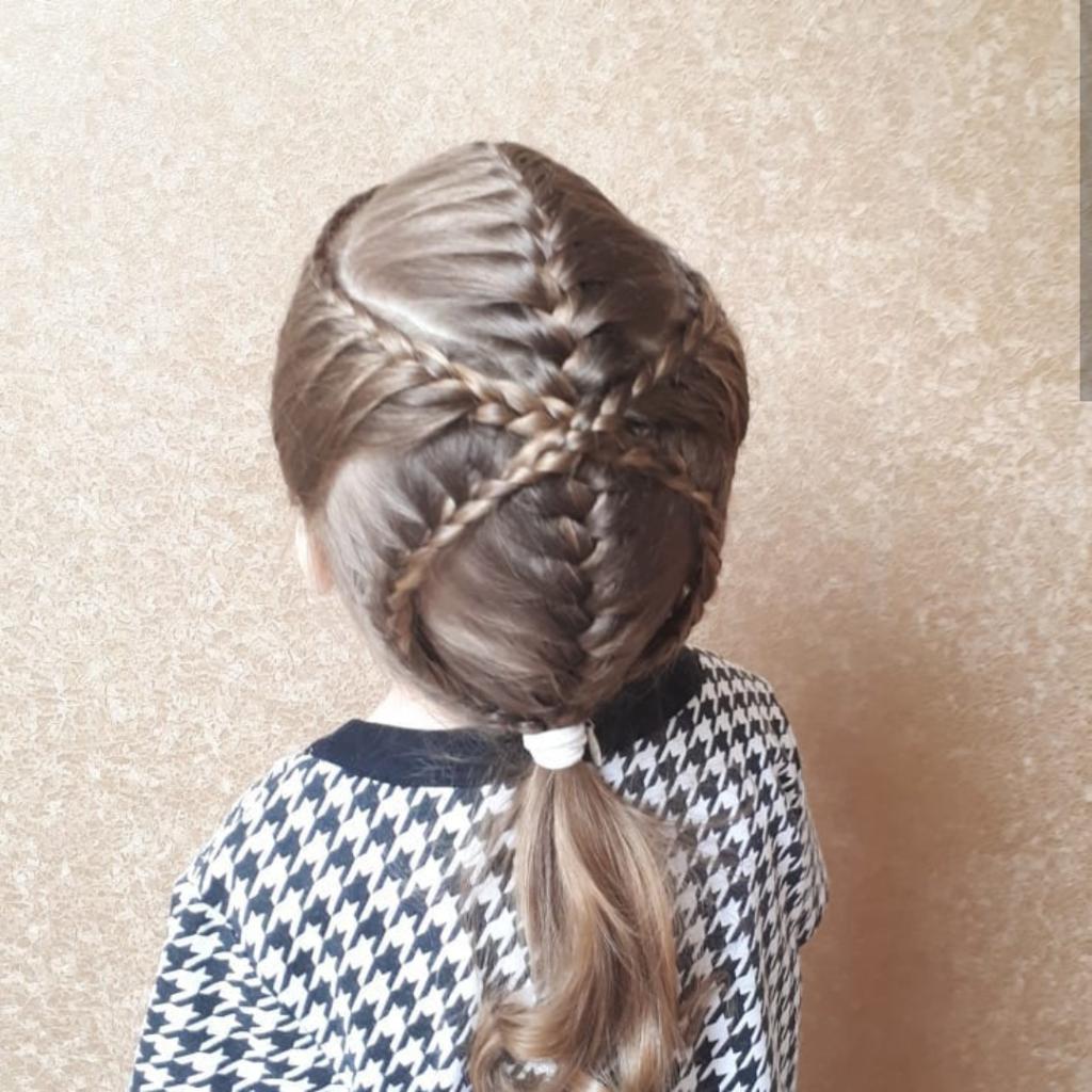 прически для девочек из кос в сад